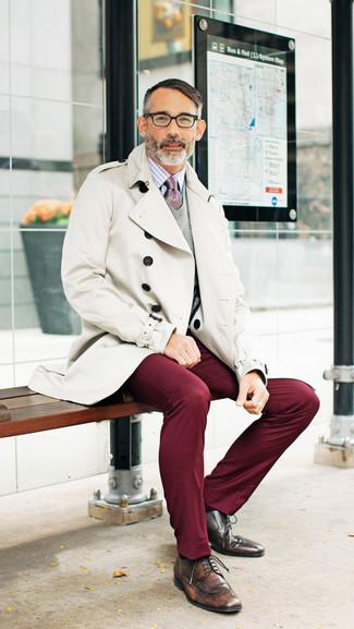Cómo combinar: gabardina en beige, jersey de pico gris, camisa de vestir a cuadros en blanco y rojo, pantalón chino burdeos