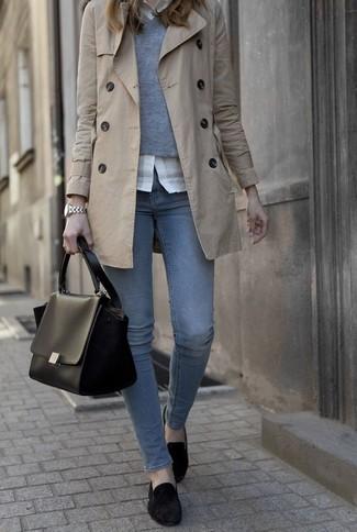 Un jersey de pico gris y unos vaqueros azules son prendas que debes tener en tu armario. ¿Por qué no ponerse mocasín de ante negros a la combinación para dar una sensación más clásica?