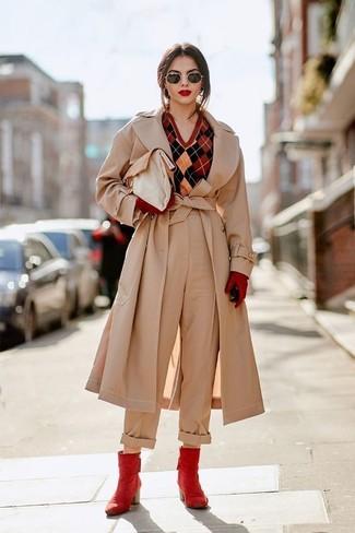 Cómo combinar: gabardina en beige, jersey de pico de rombos rojo, pantalones anchos en beige, botines de cuero rojos