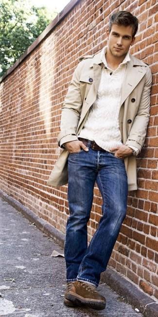 Si buscas un estilo adecuado y a la moda, elige una gabardina y unos vaqueros azules. Un par de botas marrónes se integra perfectamente con diversos looks.