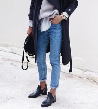 Cómo combinar: gabardina ligera negra, jersey oversized en beige, camisa de vestir de rayas verticales gris, vaqueros azules