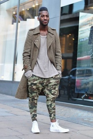 Cómo combinar: gabardina marrón, camiseta de manga larga gris, pantalón de chándal de camuflaje verde oliva, zapatillas altas blancas
