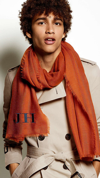 Cómo combinar: gabardina marrón claro, bufanda naranja