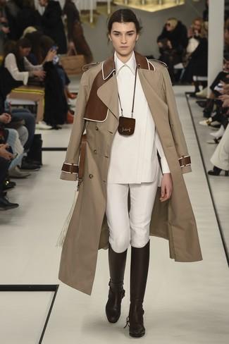 Cómo combinar: gabardina marrón claro, camisa de vestir blanca, pantalones pitillo blancos, botas de caña alta de cuero en marrón oscuro