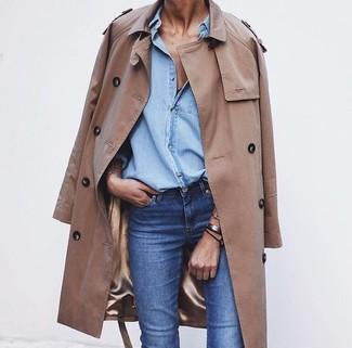 Este combo de una gabardina marrón claro y unos vaqueros azules te permitirá mantener un estilo cuando no estés trabajando limpio y simple.