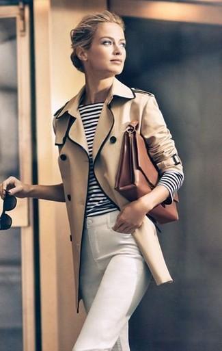 Cómo combinar: gabardina marrón claro, camiseta de manga larga de rayas horizontales en blanco y negro, vaqueros pitillo blancos, bolso de hombre de cuero marrón