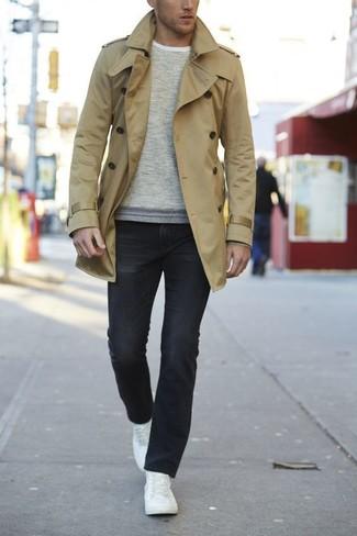 Cómo combinar: gabardina marrón claro, jersey con cuello circular en beige, vaqueros negros, tenis de cuero blancos