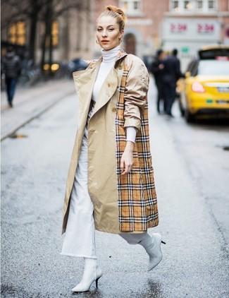 Cómo combinar: gabardina de tartán marrón claro, jersey de cuello alto blanco, pantalones anchos vaqueros blancos, botines de cuero blancos