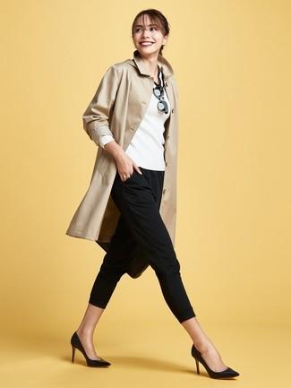 Cómo combinar: gabardina marrón claro, jersey de pico en blanco y negro, pantalones pitillo negros, zapatos de tacón de cuero negros