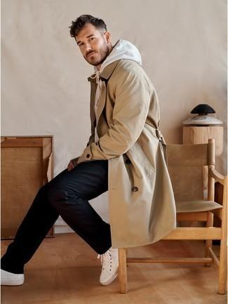 Cómo combinar una gabardina marrón claro: Si buscas un look en tendencia pero clásico, haz de una gabardina marrón claro y un pantalón chino negro tu atuendo. Si no quieres vestir totalmente formal, haz zapatillas altas de lona blancas tu calzado.