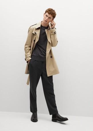 Cómo combinar una gabardina marrón claro: Si buscas un look en tendencia pero clásico, casa una gabardina marrón claro junto a un pantalón chino de rayas verticales negro. ¿Te sientes valiente? Completa tu atuendo con botines chelsea de cuero negros.