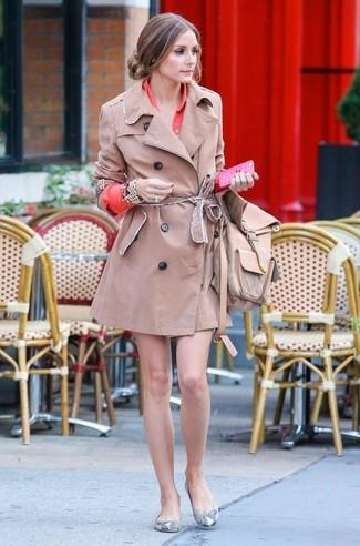 Look de Olivia Palermo: Gabardina marrón claro, Vestido camisa naranja, Bailarinas de cuero con print de serpiente grises, Mochila de cuero marrón claro