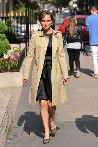 Cómo combinar: gabardina marrón claro, vestido de vuelo de satén negro, zapatos de tacón de malla negros
