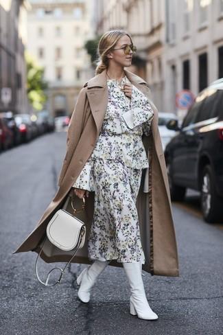 Cómo combinar: gabardina marrón claro, vestido midi con print de flores blanco, botas a media pierna de cuero blancas, bolso bandolera de cuero blanco