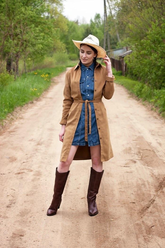 look de moda gabardina de ante marrn vestido camisa vaquera azul botas de caa alta de cuero en marrn oscuro sombrero de paja marrn claro moda para