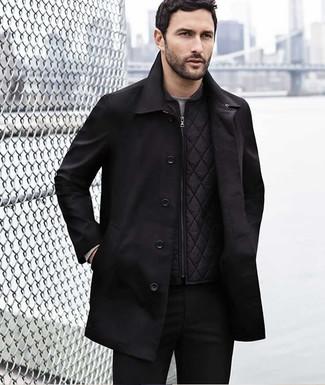 Cómo combinar: gabardina negra, chaleco de abrigo acolchado negro, camiseta de manga larga gris, pantalón chino negro