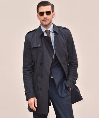 Cómo combinar: gabardina negra, traje azul marino, camisa de vestir de rayas verticales celeste, corbata de punto verde oliva