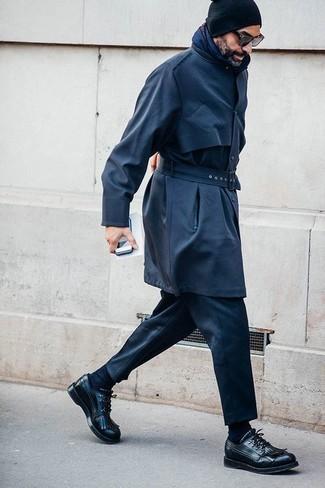 Cómo combinar: gabardina azul marino, pantalón de vestir negro, zapatos derby de cuero negros, gorro negro