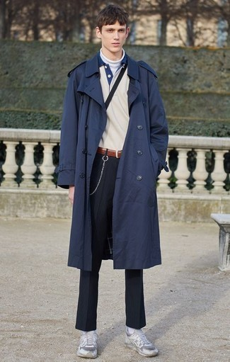 Cómo combinar una gabardina azul marino: Emparejar una gabardina azul marino con un pantalón chino de rayas verticales azul marino es una opción inigualable para un día en la oficina. ¿Quieres elegir un zapato informal? Usa un par de deportivas blancas para el día.