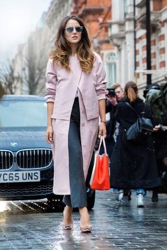 Cómo combinar: gabardina rosada, pantalón de vestir en gris oscuro, bolsa tote de cuero roja, gafas de sol grises