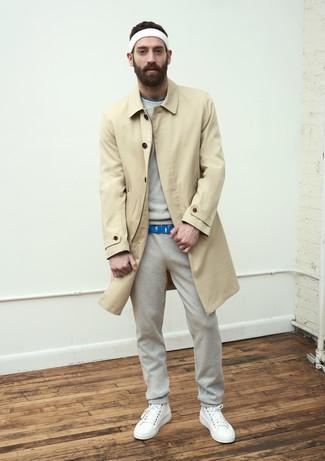 Cómo combinar: gabardina marrón claro, sudadera gris, camiseta con cuello circular estampada azul, pantalón de chándal gris