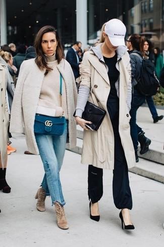 Cómo combinar: gabardina en beige, sudadera con capucha gris, camiseta con cuello circular negra, pantalones anchos negros