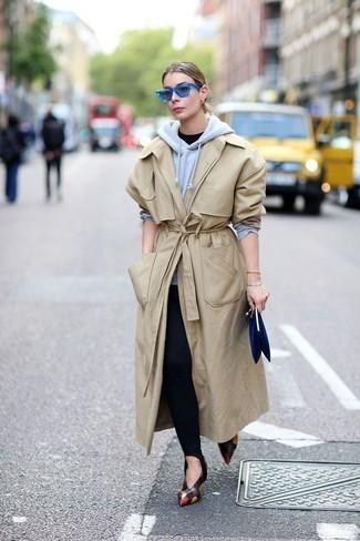 Cómo combinar: gabardina en beige, sudadera con capucha gris, camiseta con cuello circular negra, leggings negros