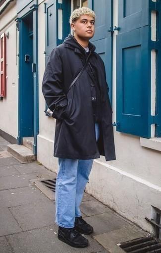 Cómo combinar una gabardina azul marino: Intenta ponerse una gabardina azul marino y unos vaqueros celestes para lograr un look de vestir pero no muy formal. Deportivas negras añadirán interés a un estilo clásico.