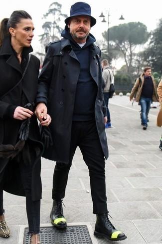 Cómo combinar una gabardina azul marino: Si buscas un look en tendencia pero clásico, haz de una gabardina azul marino y un pantalón chino negro tu atuendo. Botas casual de cuero negras son una opción inmejorable para completar este atuendo.