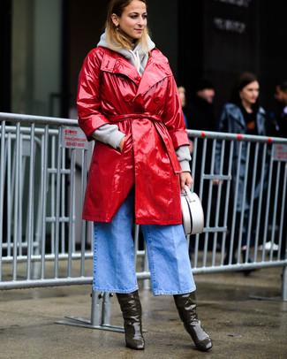 Cómo combinar: gabardina de cuero roja, sudadera con capucha gris, falda pantalón vaquera celeste, botas de caña alta de cuero verde oliva