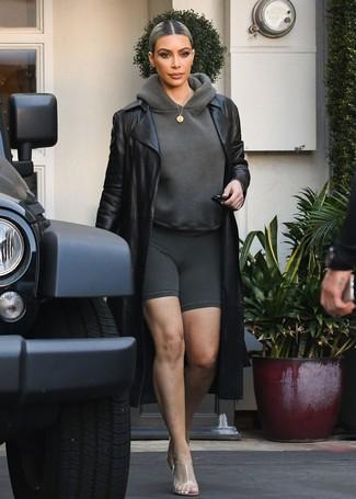 Cómo combinar: gabardina de cuero negra, sudadera con capucha en gris oscuro, mallas ciclistas en gris oscuro, chinelas de goma transparentes