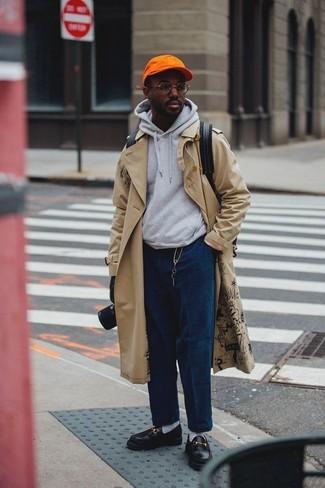 Cómo combinar: gabardina en beige, sudadera con capucha gris, vaqueros de pana azul marino, mocasín de cuero negro