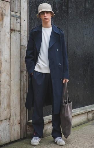 Cómo combinar una gabardina azul marino: Si buscas un look en tendencia pero clásico, empareja una gabardina azul marino con un pantalón chino azul marino. Mezcle diferentes estilos con tenis de cuero blancos.