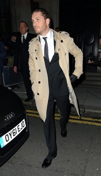 Cómo combinar: gabardina marrón claro, traje negro, camisa de vestir blanca, zapatos oxford de cuero negros