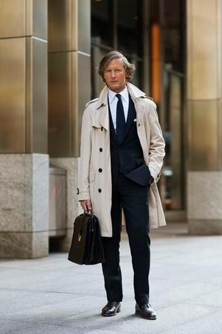 Cómo combinar: gabardina en beige, traje negro, camisa de vestir blanca, zapatos oxford de cuero en marrón oscuro