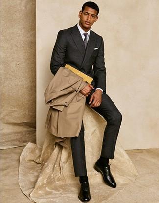 Cómo combinar: gabardina marrón claro, traje de lana en gris oscuro, camisa de vestir blanca, zapatos oxford de cuero negros