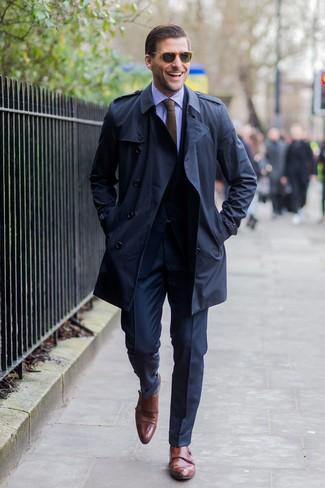 Cómo combinar: gabardina azul marino, traje azul marino, camisa de vestir de rayas verticales en violeta, zapatos con doble hebilla de cuero marrónes