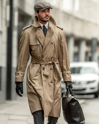 Cómo combinar una bolsa tote de cuero negra: Haz de una gabardina marrón claro y una bolsa tote de cuero negra tu atuendo transmitirán una vibra libre y relajada.