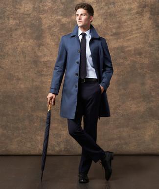 Cómo combinar: gabardina azul marino, traje azul marino, camisa de vestir blanca, zapatos oxford de cuero negros