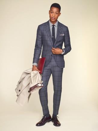 Cómo combinar: gabardina en beige, traje de tartán gris, camisa de vestir de rayas verticales en blanco y azul marino, zapatos derby de cuero burdeos