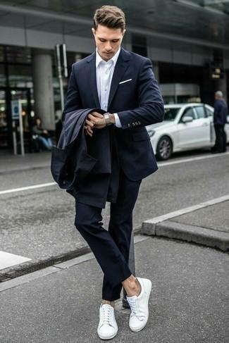 Cómo combinar una camisa de vestir: Emparejar una camisa de vestir junto a una gabardina en gris oscuro es una opción incomparable para una apariencia clásica y refinada. ¿Quieres elegir un zapato informal? Completa tu atuendo con tenis de cuero blancos para el día.