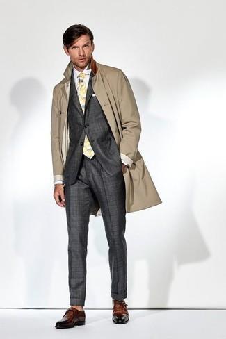 Outfits hombres estilo elegante: Equípate una gabardina marrón junto a un traje en gris oscuro para un perfil clásico y refinado. Si no quieres vestir totalmente formal, usa un par de zapatos derby de cuero marrónes.