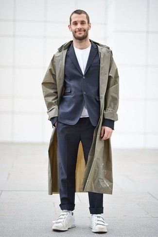 Cómo combinar un traje azul marino: Elige un traje azul marino y una gabardina marrón claro para rebosar clase y sofisticación. ¿Quieres elegir un zapato informal? Usa un par de tenis de lona blancos para el día.