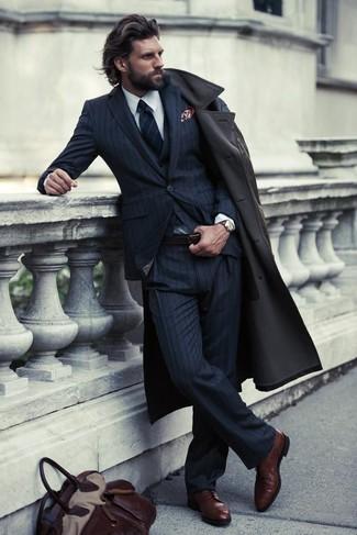 Usa una gabardina y un traje de tres piezas de rayas verticales azul marino para una apariencia clásica y elegante. Zapatos derby de cuero marrón oscuro añadirán interés a un estilo clásico.