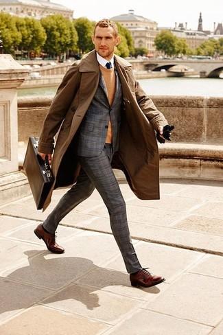 Cómo combinar: gabardina marrón, traje de lana de tartán gris, jersey con cuello circular marrón claro, camisa de vestir blanca