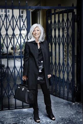 Moda para mujeres de 60 años: Empareja una gabardina negra con unos pantalones pitillo negros para lograr un estilo informal elegante. Botines de cuero con recorte negros son una opción buena para completar este atuendo.