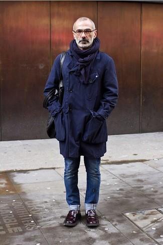 Cómo combinar: gabardina azul marino, vaqueros azules, mocasín de cuero burdeos, bolsa tote de cuero en marrón oscuro
