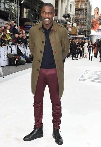 Look de Idris Elba: Gabardina Verde Oliva, Camisa Polo Azul Marino, Pantalón Chino Burdeos, Zapatillas Altas de Cuero en Marrón Oscuro