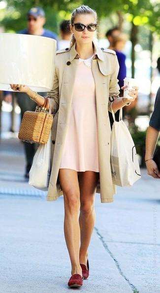 Cómo combinar: gabardina en beige, vestido amplio rosado, mocasín de ante burdeos, cartera sobre de paja marrón claro