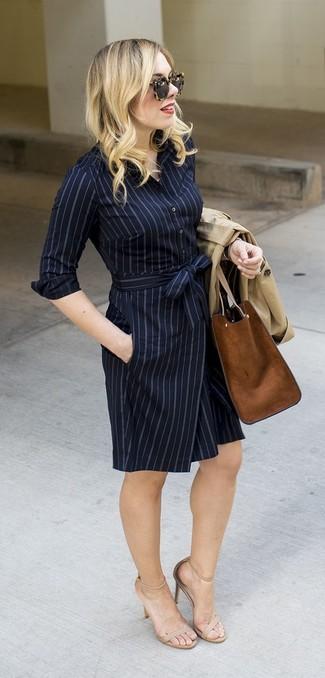 Cómo combinar: gabardina en beige, vestido camisa de rayas verticales azul marino, sandalias de tacón de cuero en beige, bolsa tote de ante marrón